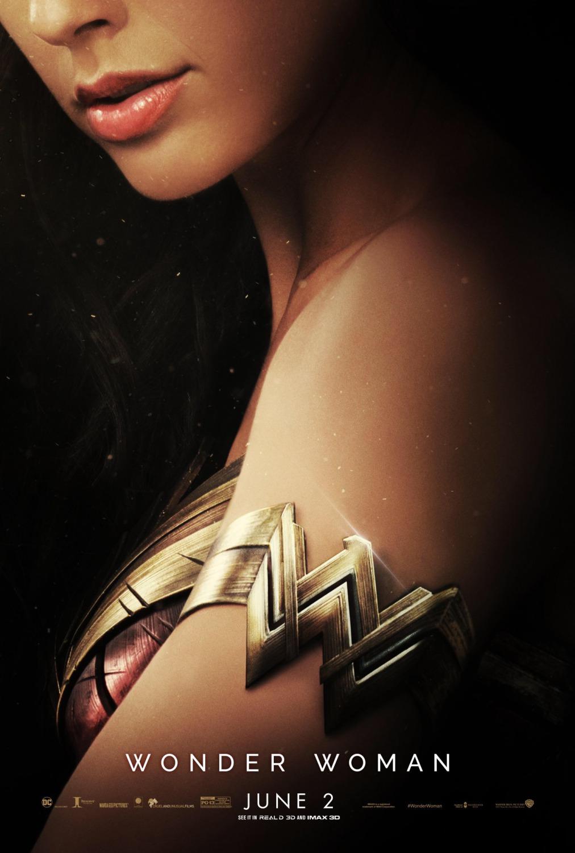 """Si hay algún póster que destaca por encima del resto, ese suele ser el póster promocional para estrenos en salas IMAX de las grandes producciones, donde parece que tienen claro que deben ofrecer algo distinto y llamativo, y casi siempre cumplen. Tras muchos pósters similares, hoy os ofrecemos los tres pósters IMAX de Wonder Woman, que juntos podrían componer un gran tríptico en el que vemos a Wonder Woman, la Reina Hippolyta y la general Antiope. Matizo ese """"podrían"""", pues no encajan exactamente como un puzzle, pero la idea parece ser que sería esa... a menos que falten más pósters para componer el banner.  A pesar de ser pósters de personajes, son suficientemente llamativos y sirven como reclamo para el regreso a los cines de Gal Gadot en el rol que ya interpretó en Batman v Superman: el amanecer de la Justicia.  Antes de ser Wonder Woman (Gal Gadot), era Diana, princesa de las Amazonas, entrenada para ser una guerrera invencible. Habiendo crecido en una apartada isla paradisíaca, cuando un piloto americano se estrella en sus orillas y le advierte de un conflicto masivo que sacude el mundo exterior, Diana abandona su hogar, convencida de que puede detener la amenaza. Luchando junto a los hombres en una guerra para acabar con todas las guerras, Diana descubrirá el alcance de su poder… y su verdadero destino.  El reparto de esta épica película de acción y aventuras está formado por Gal Gadot, Chris Pine, Robin Wright, Danny Huston, David Thewlis, Ewen Bremner, Saïd Taghmaoui, Elena Anaya, Connie Nielsen y Lucy Davis.  La adaptación, basada en los personajes creados por William M. Marston, está dirigida por Patty Jenkins, quien ha trabajado a partir de un guión escrito por Geoff Johns (guionista de las series The Flash y Arrow) y Allan Heinberg (redactor de series orientadas al público femenino como Cinco en familia, Sexo en Nueva York, O.C. o Anatomía de Grey), a partir de una idea de Zack Snyder y el propio Heinberg.  Wonder Woman se estrenará el 23 de junio.  Inval"""